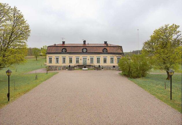 Flera adelsfamiljer har varit ägare till Stora Bärby gård som nu är till salu.