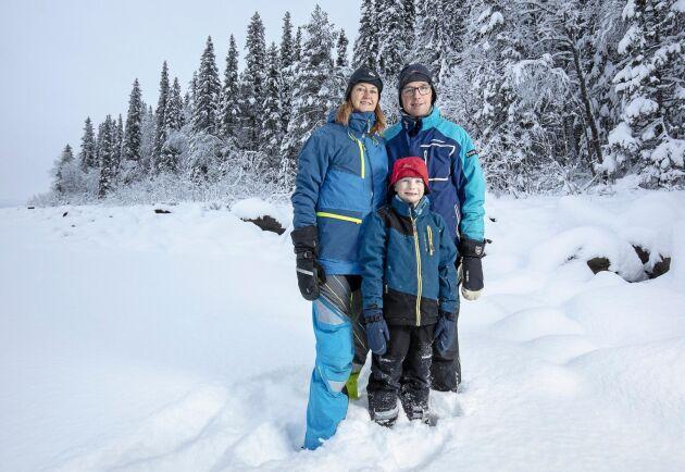 """Hanna och Albin Holmberg tillsammans med sonen Ivar i utkanten av sin fjällnära skog. """"Vi har yrkat på full ersättning och tror att vi vinner det pågående målet"""", säger Hanna Holmberg."""