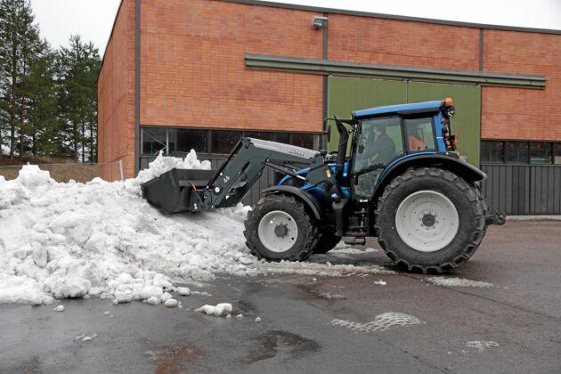 Fabriksmonterad OEM-frontlastare från Ålö på Valtratraktor.