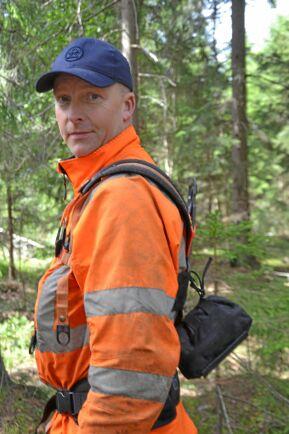 Henrik Sandgren har sin sjukvårdsväska fäst bak på röjselen eller bak på huggarbältet.