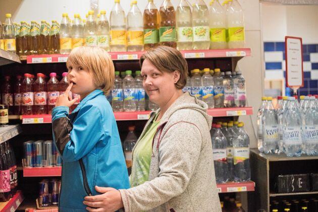 Sjuåriga Rasmus Vallsten och mamma Jessica Johansson ser butiken i Glommersträsk som en viktig funktion för att kunna bo i området.