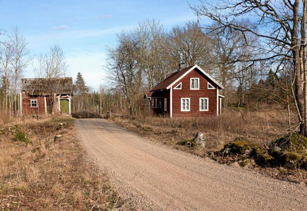 Ett övergivet torp på landsbygden. Bilden är en genrebild.