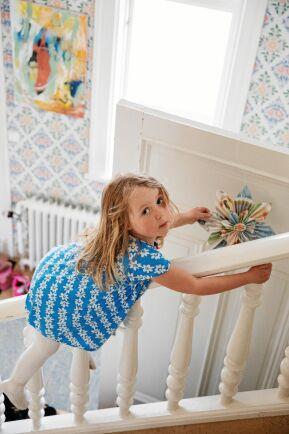 5-åriga Esmeralda gillar de stora ytorna i huset.
