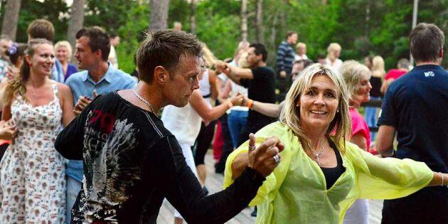 Var livrädd för att bjuda upp – nu dansar Åsa i hela Sverige!