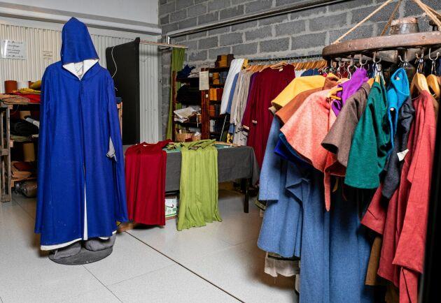 Korps och Roberts butik sticker ut i köpcentrumet med sina medeltida kläder, tyger och tillbehör.