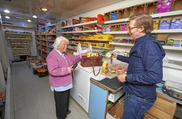 86-åriga Eivor uppskattar varubussen enormt mycket och att få en pratstund med Magnus varje vecka.