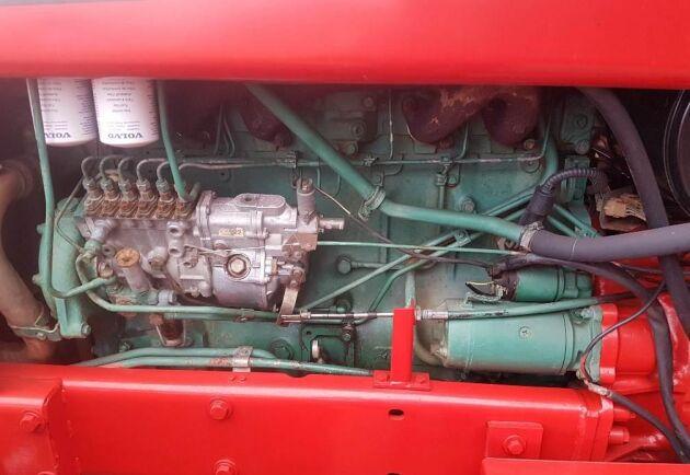 Motorn har bara gått drygt 5000 timmar enligt mätaren och det måste anses vara lågt för en trotjänare som denna.