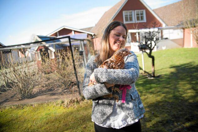 Camilla brinner för djurens väl och lyckas alltid få med sig skadade och övergivna djur hem. Efter en sommar på ett värperi i ungdomen bestämde sig Camilla för att bli självförsörjande på ägg så snart hon hade möjlighet. – Det är väldigt viktigt för mig att veta var maten kommer ifrån och att djuren haft det bra.