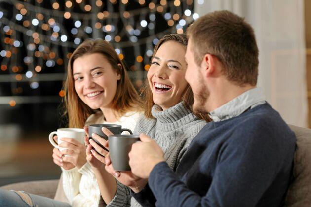 Sök upp någon eller några du känner dig bekväm med på festen. Då slappnar du av lättare och stressen avtar.