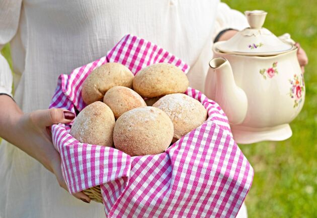 Förbered dagen innan för nybakade härliga frallor till frukost, de här blir ovanligt luftiga och goda.