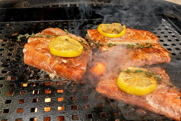 Lägg gärna en citronskiva och en örtkvist på varje grillad laxbit.