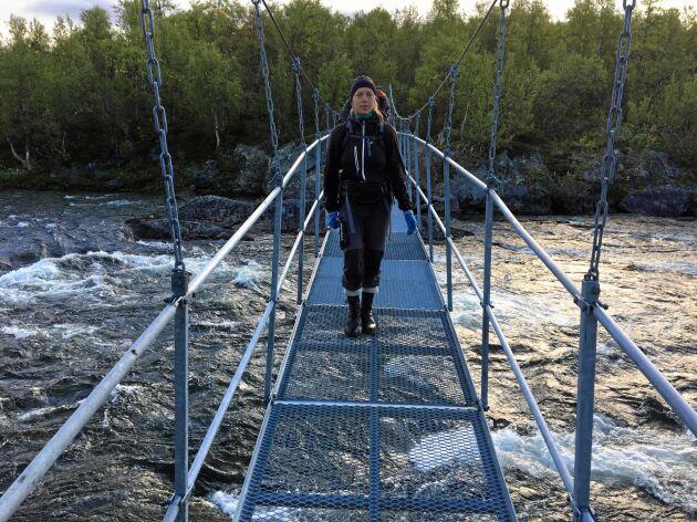Bron över Bartekälven är säker och trygg, även om den gungar lite läskigt när man går över.