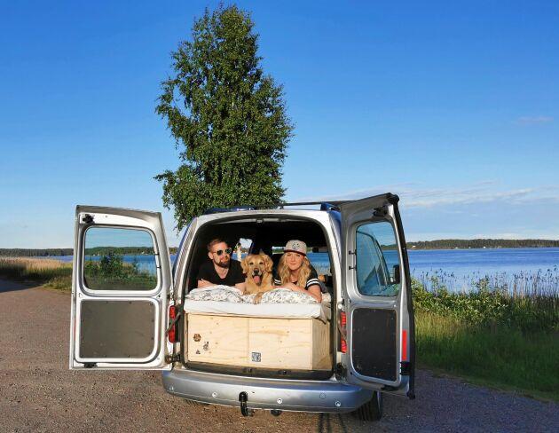 Robin Johansson och Jennifer Nilsson med hunden Nero, i sin skåpbil som de har byggt om till mini-husbil.