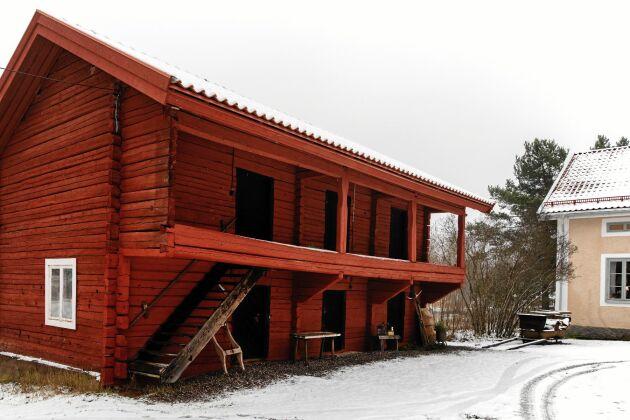Loftboden är den äldsta byggnaden på gården och rustades upp förra året, med nytt tegeltak i gammal stil.