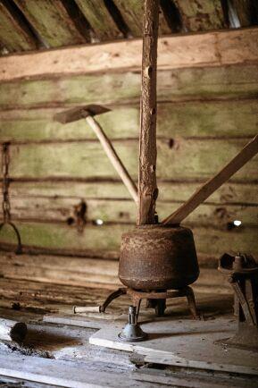 Gamla kokkärl och redskap finns kvar i fäboden, som ett minne av tillverkningen av ost, smör och messmör.