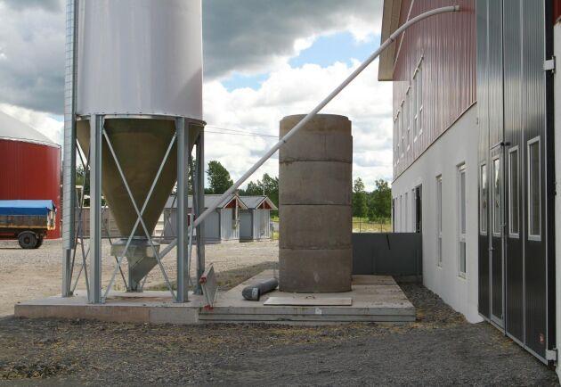 Cementringarna är provisoriska skorstenar för golvventilationen. Tanken är att de ska ersättas med två vätskefyllda rör som avskiljer ammoniak när ventilationsluften stiger genom vätskan innan den släpps ut i atmosfären. På Halla skulle tekniken kunna fånga kväve motsvarande 60 ton Axan.