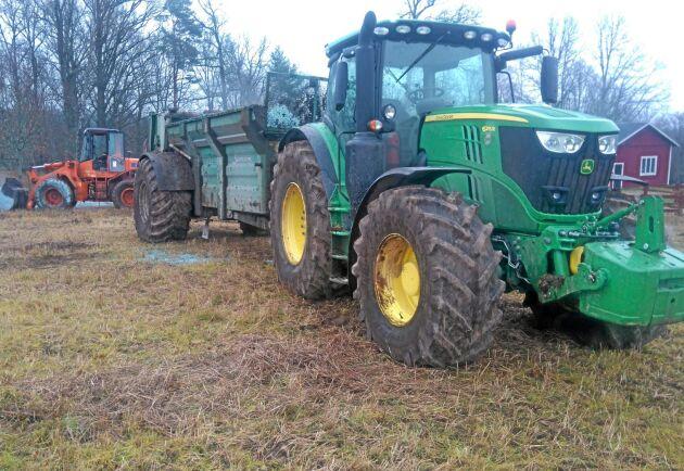 Alexander kör traktorer med däck som passar för olika underlag.