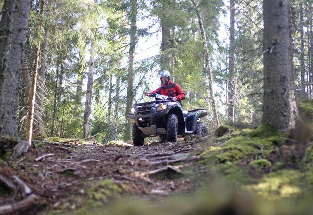 Urban Rydin, skattechef på Ludvig & Co, anser att terrängregistrerade ATV:er inte ska förmånsbeskattas alls. Här provkör ATL:s testförarare Per Johansson en Kawasaki Brute Force 750 på sin skogsgård norr om Åseda i Småland.