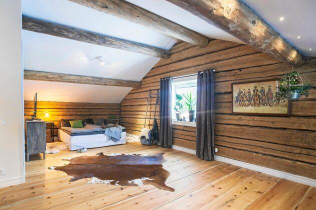 Övervåningen har öppna ytor med rejäla plankor på golvet.