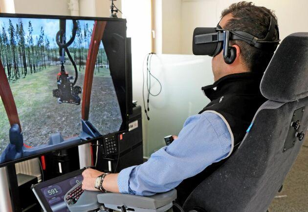 Francesco Pietroni kör Komatsu Forests skogsmaskinsimulator med VR-teknik.