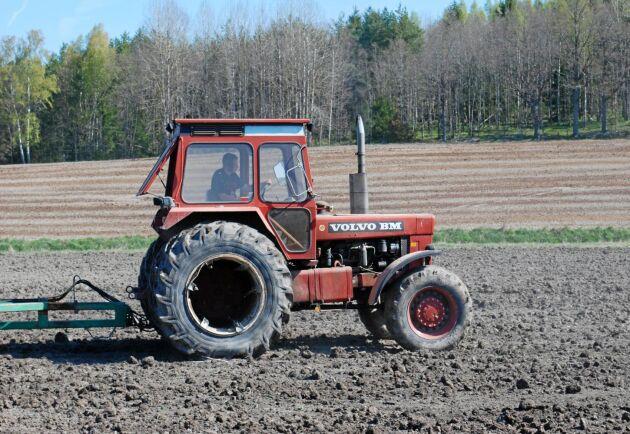 Under sent 1970-tal och tidigt 80-tal såldes det fler fyrhjulsdrivna traktorer. Förhållandet mellan 4WD och 2WD hade ändrats. Prisskillnaden var cirka 15 procent.