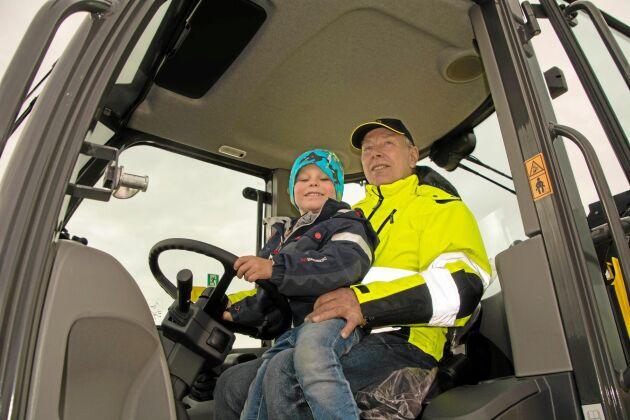 Jonathan Larsson från Mellerud och hans farfar Tommy Svensson provsitter en av traktorerna.