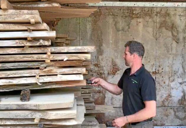 Ett sätt att få ut mer av den egna skogen är att såga upp den själv. På bilden Erik Hjärtfors, skogsbrukare och träföretagare i Vetlanda, som sitter med i styrelsen för föreningen Skogens Mångbruk.
