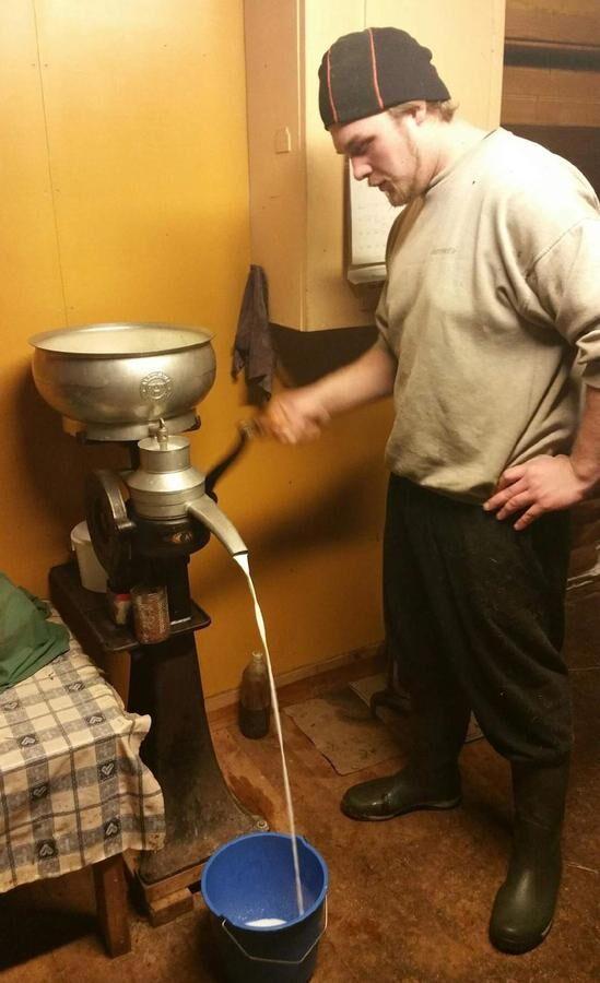Torbjörn Eriksson vevar den gamla separatorn, som separerar grädde och mjölk. El till ljuset i rummet kommer från en dieselgenerator.