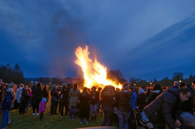 Förr i tiden tändes eldar kring valborg av bönder för att hålla vilda djur på avstånd.