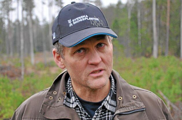 Skogvaktare Ingmar Karlsson säger att det är viktigt att inte göra andraröjningen förrän tallarna nått älgsäker höjd. 8 personer arbetar med godsets skog.