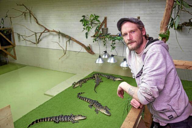 Ola i tillbyggnaden med de sex alligatorerna som ingår i ett forskningsprojekt vid Lunds universitet.