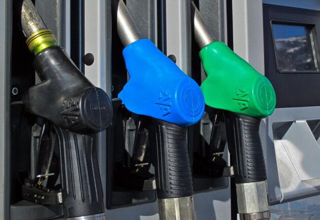 Efter flera höjningar under förra veckan så sänktes priset på bensin med 10 öre.