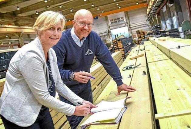 Lise Bartnes Aalberg från statliga investmentföretaget Siva och Morten Leander Johansen, Splitkon, undertecknade häromdagen kontraktet för bygget av en ny fabrik för KL-trä i norska Åmot.