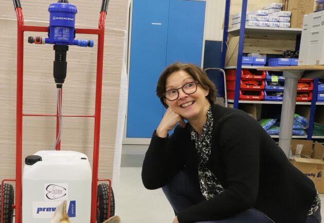 VD:n Maria Forssell har en bakgrund i lantbruket i Västerbotten. Arbetssprutan Digiderm som desinficerar klövar är ett exempel på en produkt som tagits fram i samarbete med mjölkbönder.
