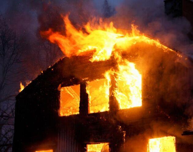 När räddningstjänsten kom fram till platsen kunde den konstatera att det brann fyra delar av frölagerbyggnaderna. Huset på bilden har dock inget med händelsen att göra.