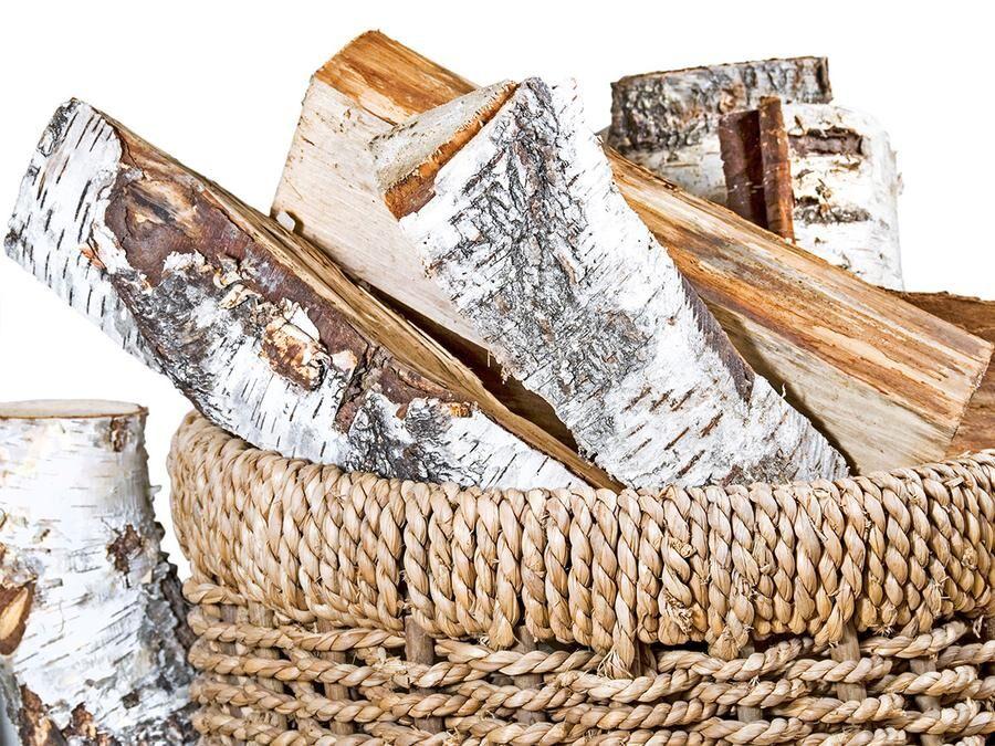 Björkved är populärt. Den ger bra värme och passar alla typer av eldning.
