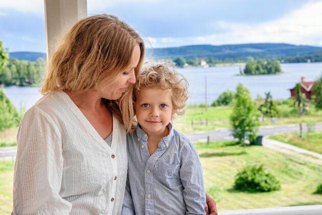 Lena och Emrik på verandan där utsikten över Bysjön, ängar, skogar och berg hisnande.
