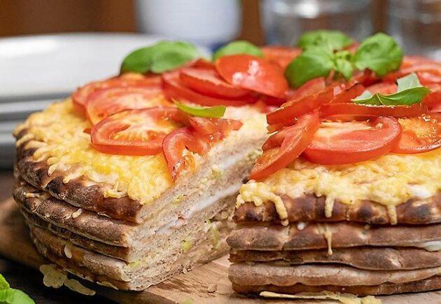 Varm smörgåstårta med skinka och smält ost. Godare än så här kan knappast en smörgåstårta bli.