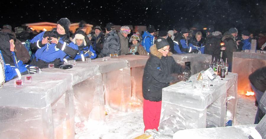 På Torne älv skapas en isbar under nyårsfirandet. Här är en bild från ett tidigare år då We do it twice firades.