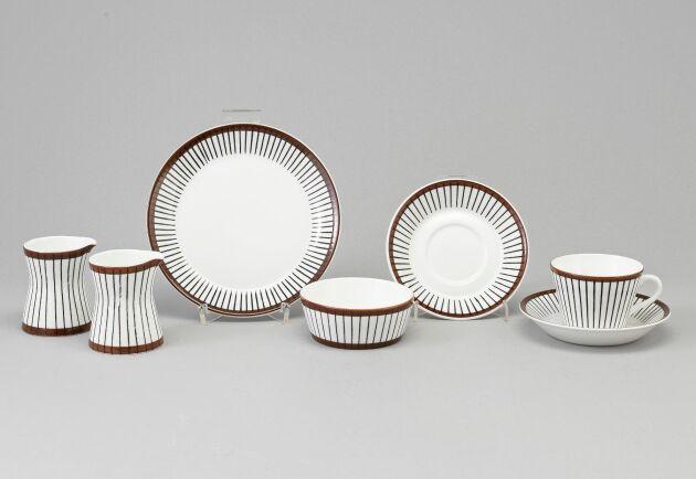"""Spisa ribb"", Gustavsberg. Formgivare: Stig Lindberg, i produktion 1955-1974. 55 servisdelar. Slutpris: 8700 kronor."