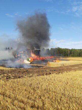 Ett snabbt agerande med plogen från lantbrukaren Karl-Johan Kullander och hans kollegor hindrade snabbt att branden aldrig spred sig sommaren 2019.