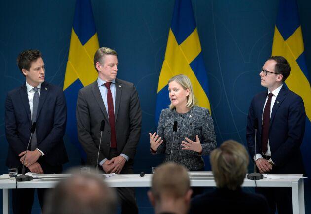 Emil Källström (C), finansmarknadsminister Per Bolund (MP), finansminister Magdalena Andersson (S) och Mats Persson (L) presenterar ett krispaket riktat till svenska småföretag vid onsdagens pressträff om nya budgetåtgärder med anledning av coronaviruset.