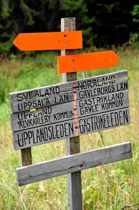 De flesta leder är väl skyltade och markerade. Här möts Upplandsleden och Gästrikeleden vid gränsen mellan Svealand och Norrland. Ledmarkeringen är som vanligt i orange färg.