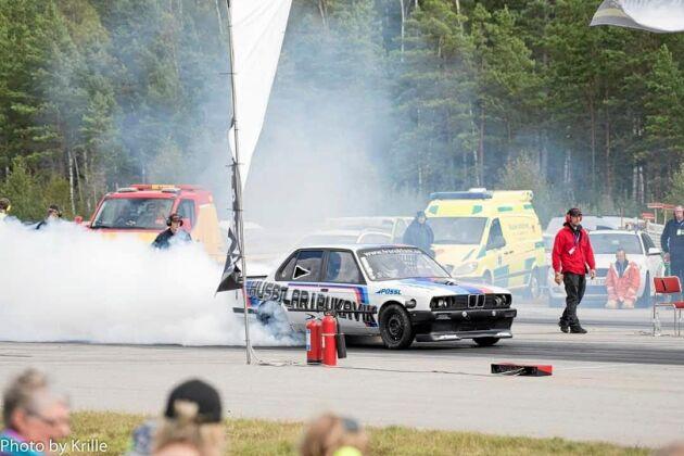 """Magnus son, Jimmie Lillis Holmer, är en framgångsrik på dragracingbanor. Pappa Magnus håller motorerna i trim och Rickard på """"Husbilar i Pukavik"""" sponsrar ekipagen."""