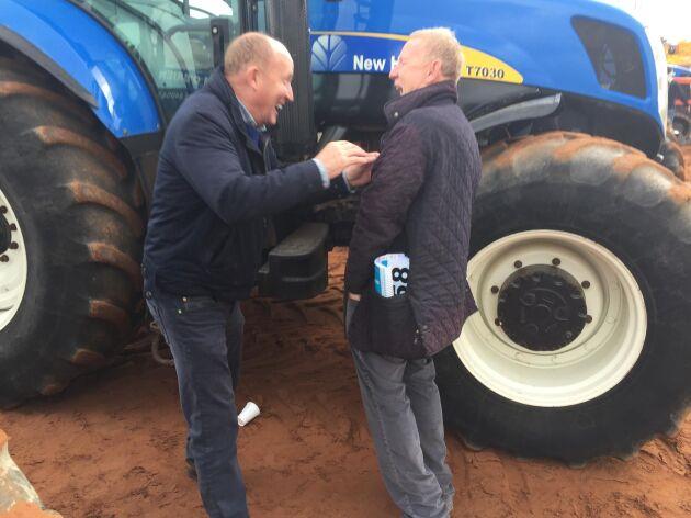 - Det gäller att ha gjort sin hemläxa, säger en bonden till vänster i bild (som inte vill uppge sitt namn) som kommit till auktionen lika mycket för att träffa kollegor som att kanske köpa en begagnad traktor.