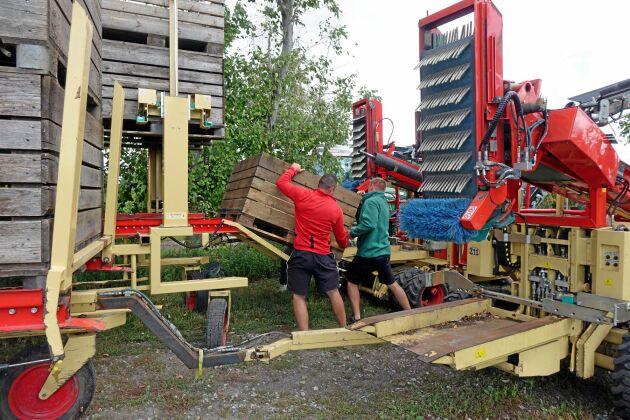 Äppelplockarmaskinerna på Solnäs gård kommer från det italienska företaget Zucal Meccanica. Det är dieseldrivna maskiner där plockarna kan plocka i tre nivåer. Maskinen drar också vagnar med tomma äpplebingar som laddas in i maskinen.