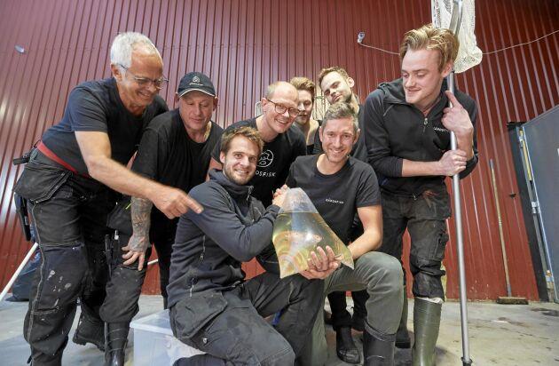 Johan och Mikael med Gårdsfisks anställda: Krzysztof Satyk, Bengt Ljungqvist, Daniel Lauritsen, Joel Fredriksson, Christoffer Frostebring och Jens Björkqvist.