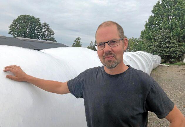 Jörgen Svensson äger både inplastare och balpress tillsammans med en granne. Eftersom gårdarna inte har överlappande behov av att använda maskinerna samtidigt fungerar samarbetet optimalt.