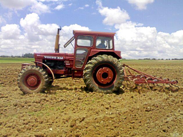 Hytten kunde monteras på den egna marknaden och i bakhjulen placerade man extra vikter. Den här Sydafrikanska 814-traktorn fångades på bild 2009.