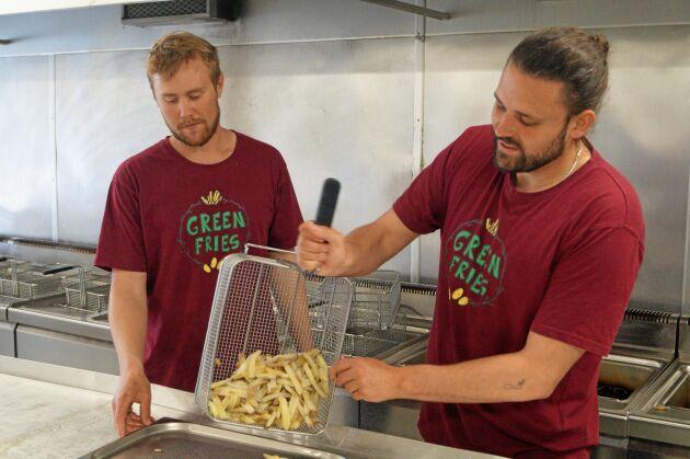 Fritjof Torstensson och Simon Karlsson producerar Kravgodkänd pommes till kräsna restaurangkunder.
